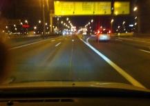 In etwa dort wo dieses Auto fährt ist mein Unfallgegner mittig (vor dem Betonteiler) gestanden und ist nach links gefahren ...